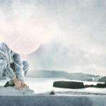 M_LunE 07 FR Ses mains. Elles ont pris une amplitude nouvelle. IL cherche du bout des doigts un contact avec la vie perdue dans le blanc. Nouvelles sensations en LUI. Frémissement de l'âme. IL perçoit un moyen d'être peut-être au monde. Faire enfin partie du TouT.  DE Seine Hände. Die neue Größe verleiht ihnen eine neue Fähigkeit. Seine Fingerspitzen suchen Kontakt mit dem Leben, das im Weiß verborgen liegt. Neue Empfindungen regen sich in IHM. Seine Seele erzittert. ER erkennt eine Möglichkeit, vielleicht Teil dieser Welt zu werden. Endlich Teil vom Ganzen zu sein.